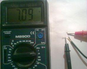 Ремонт зарядного устройства - измеряем напряжение на выходе ЗУ