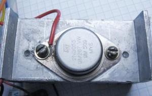 Крепление транзисторов около радиатора