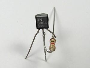 Припаиваем  транзистор к резистору